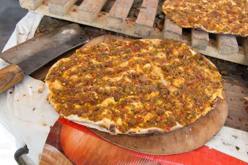 Lahmacun, турецкий блинчик пиццы с завалкой мяса стоковое изображение