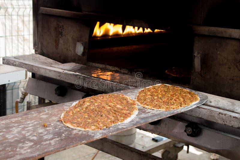 Lahmacun, турецкий блинчик пиццы с завалкой мяса стоковое фото