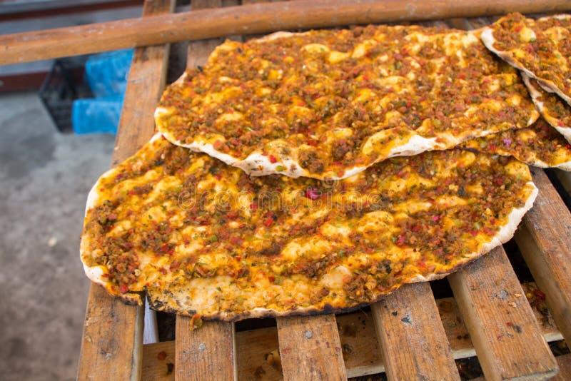 Lahmacun, crêpe turque de pizza avec le remplissage de viande image stock