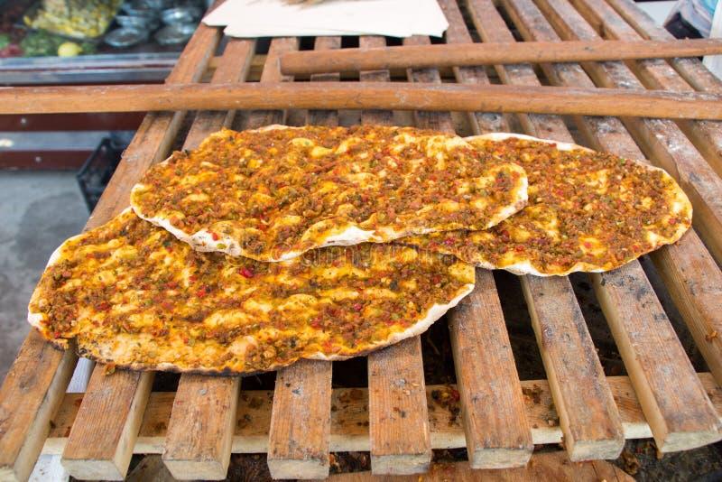 Lahmacun, crêpe turque de pizza avec le remplissage de viande images stock