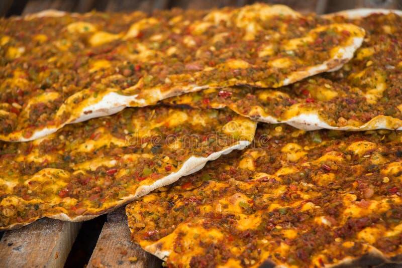Lahmacun, crêpe turque de pizza avec le remplissage de viande photos libres de droits