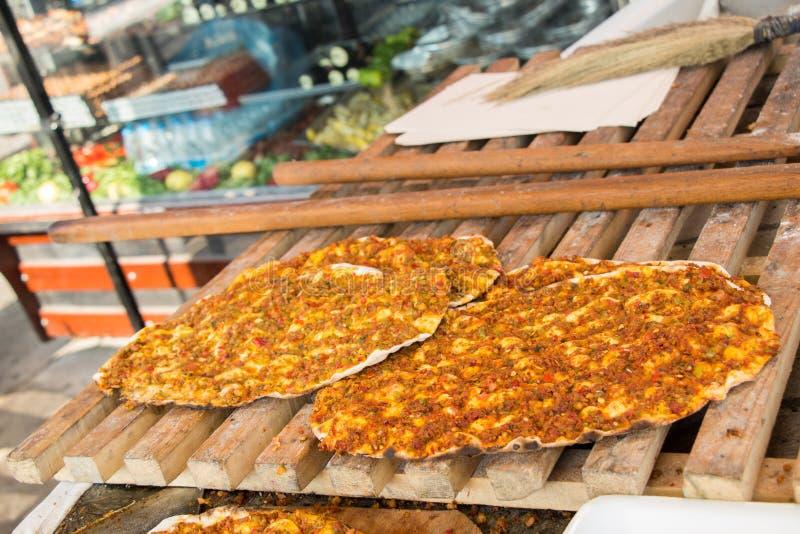 Lahmacun, crêpe turque de pizza avec le remplissage de viande photographie stock libre de droits