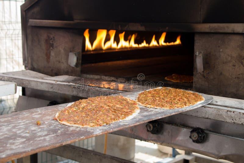 Lahmacun, crêpe turque de pizza avec le remplissage de viande photo stock