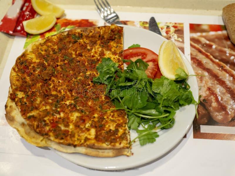 Lahmacun croccante delizioso turco fuori ora da Owen di pietra fotografia stock