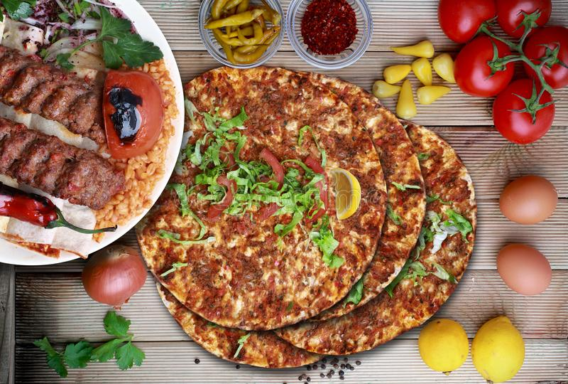 Lahmacun i Adana kebab Turecki jedzenie obrazy stock