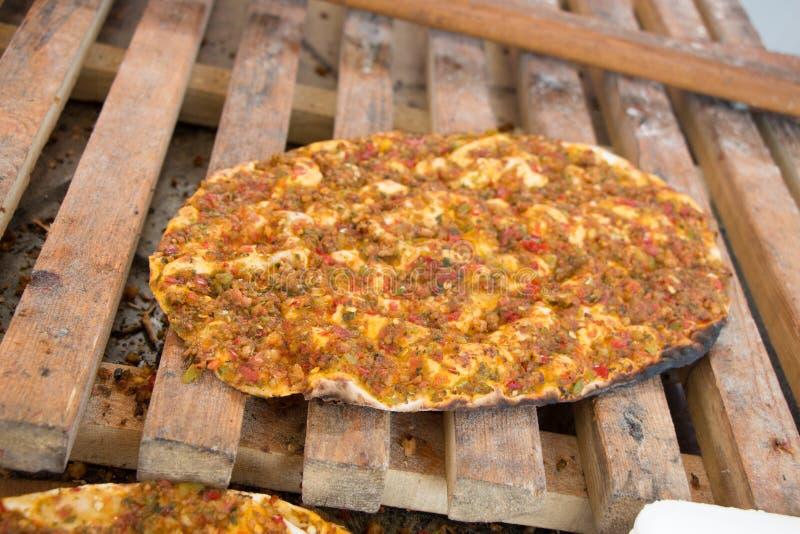 Lahmacun, türkischer Pizzapfannkuchen mit Fleischfüllung stockbild