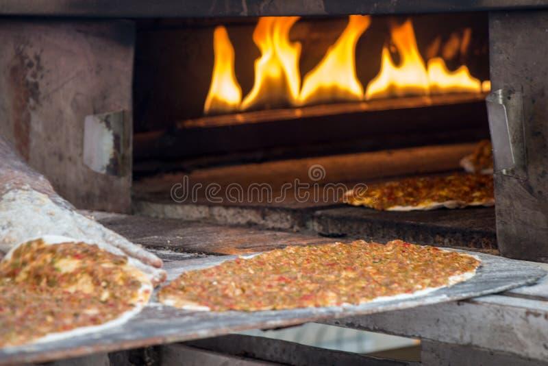 Lahmacun, t?rkischer Pizzapfannkuchen mit Fleischf?llung stockfotos