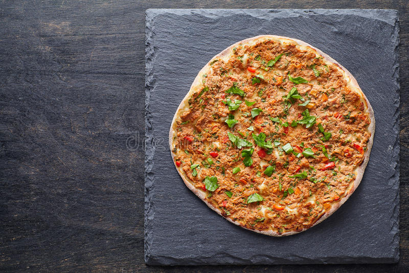 Lahmacun turkisk gourmet- pizza med finhackat nötkött- eller lammkött, paprika, tomater royaltyfri fotografi