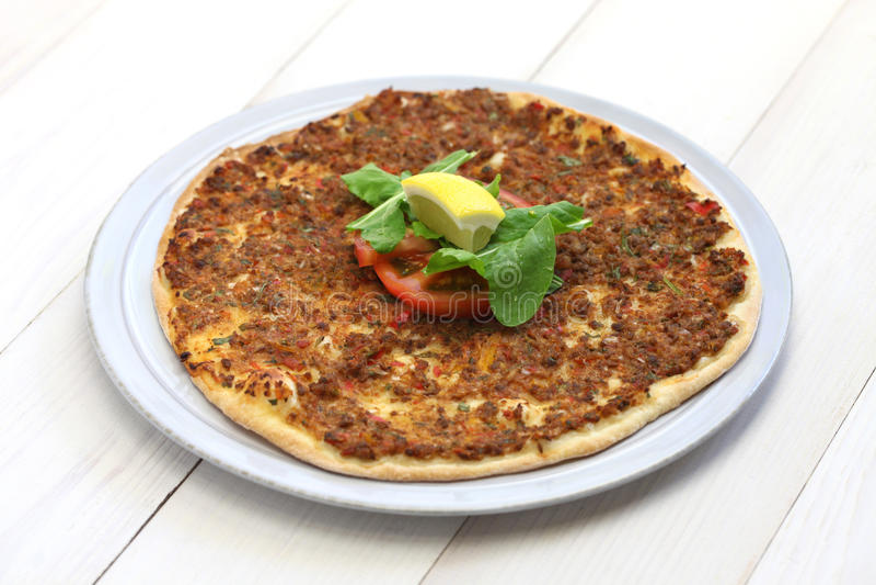 Lahmacun, Turkse gehaktpizza stock afbeeldingen