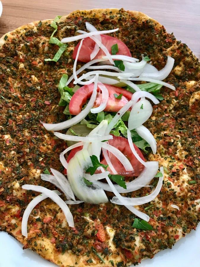Lahmacun Turkse Traditionele Pizza met Fijngehakt of Lamsvlees, Uien en Tomaten royalty-vrije stock foto's