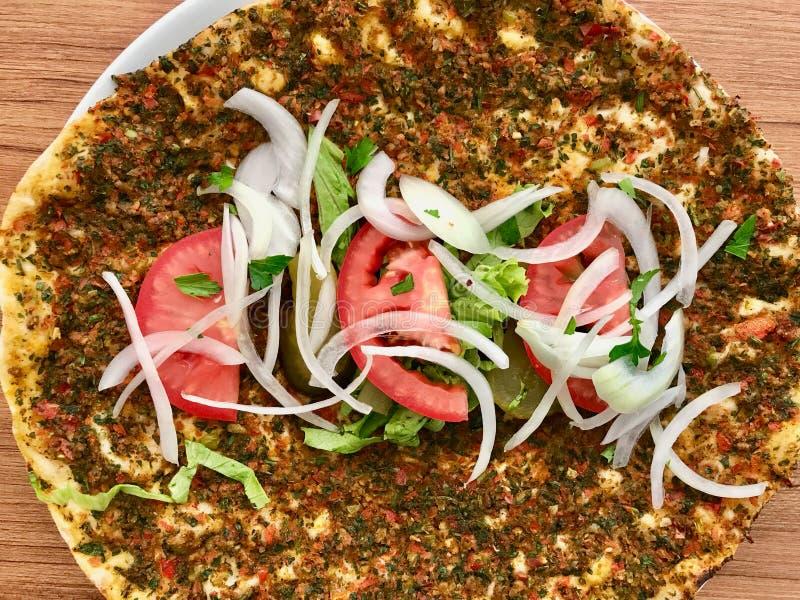 Lahmacun Turkse Traditionele Pizza met Fijngehakt of Lamsvlees, Uien en Tomaten stock afbeeldingen