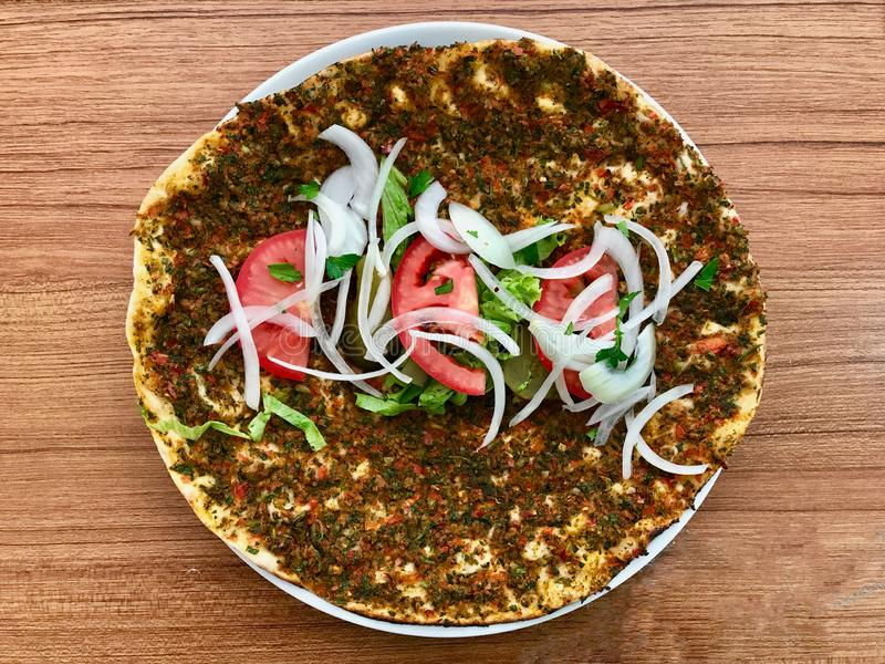 Lahmacun Turkse Traditionele Pizza met Fijngehakt of Lamsvlees, Uien en Tomaten royalty-vrije stock afbeelding