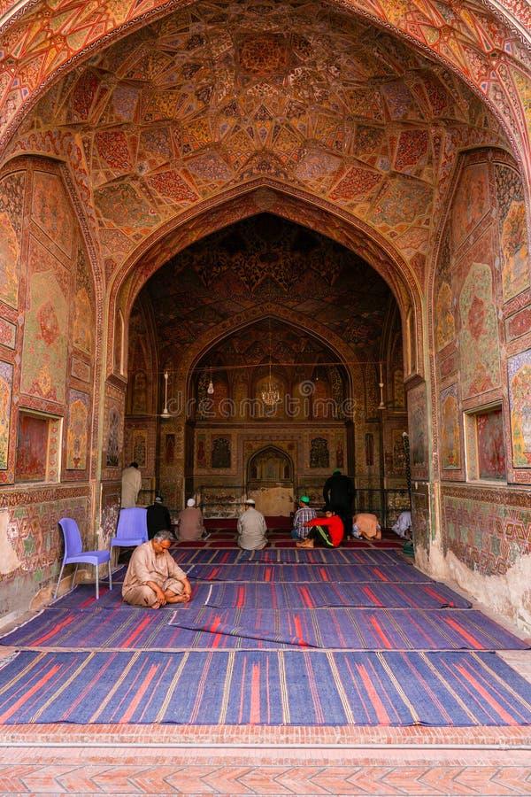 Lahore Pakistan - April 17 2018: Muslimska böner mediterar och ber i Wazir Khan Mosque arkivfoton