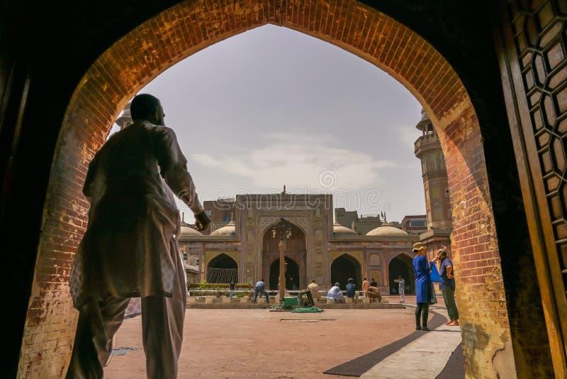 Lahore, Pakistan - 17 avril 2018 : Un homme marchant par l'entrée pour entrer dans Masjid Wazir Khan image libre de droits