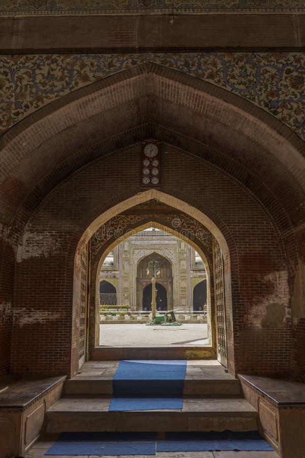 Lahore, Paquistão: 17 de abril de 2018: Mesquita da porta de Lohari da entrada fotos de stock