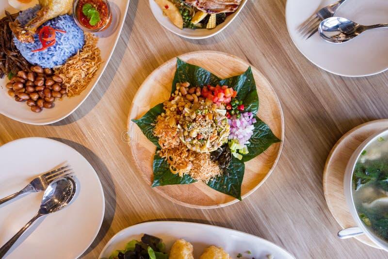 Lahpet es ensalada birmana de la hoja de té servida con ajo frito, el cacahuete, el sésamo blanco, el camarón secado, el jengibre foto de archivo