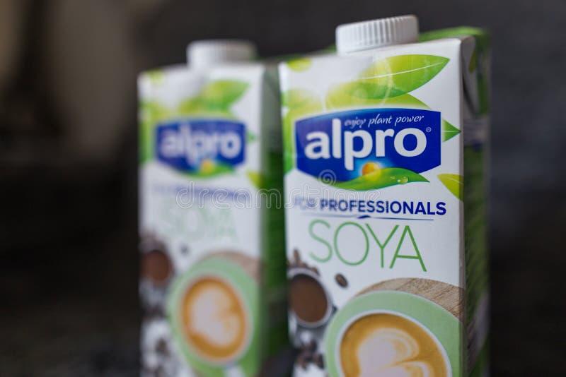LAHTI, FINLANDIA - 24 DE JULIO DE 2019: Dos cartones de la leche de soja por Alpro foto de archivo libre de regalías
