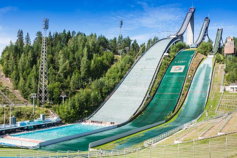 LAHTI, FINLANDIA - JUNHO 21,2011: O símbolo da cidade, salto de esqui foto de stock royalty free