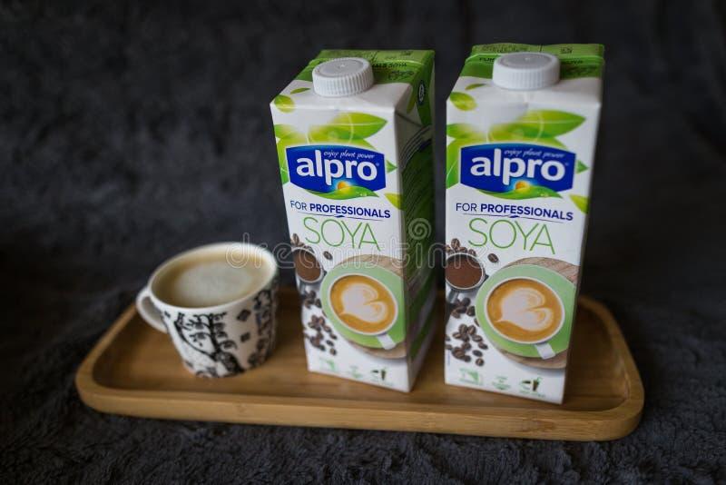 LAHTI FINLANDIA, LIPIEC, - 24, 2019: Dwa soi mleka kartonu Alpro obrazy stock