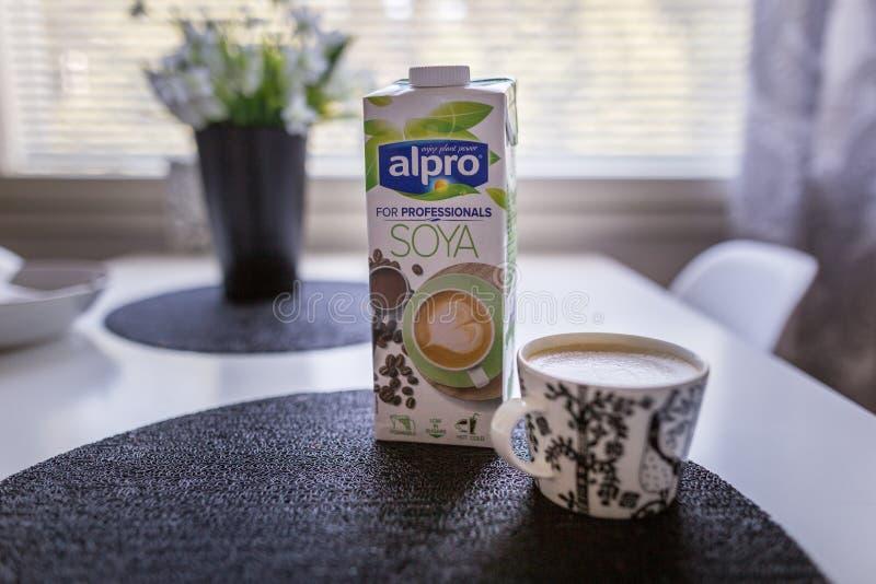 LAHTI FINLANDIA, LIPIEC, - 24, 2019: Dwa soi mleka kartonu Alpro obrazy royalty free