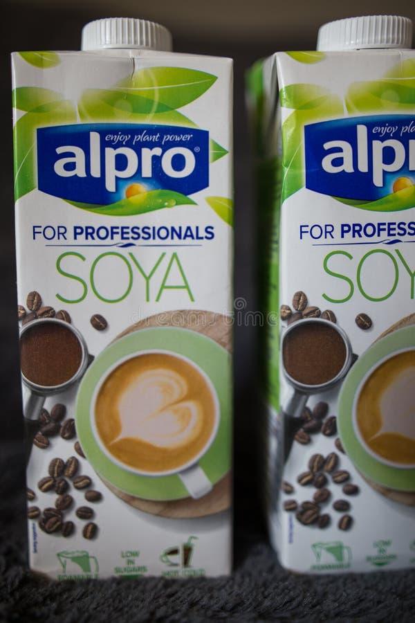 LAHTI FINLANDIA, LIPIEC, - 24, 2019: Dwa soi mleka kartonu Alpro obraz royalty free