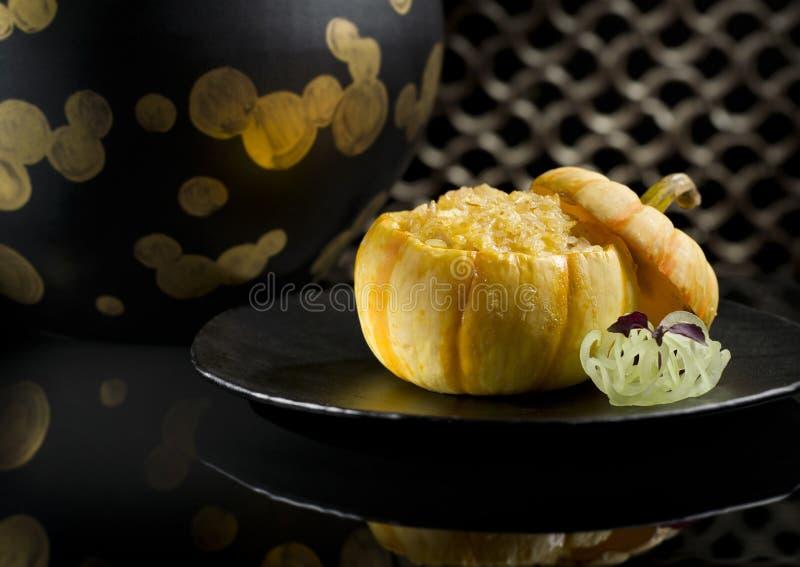 Lai Heen cozeu o arroz fritado friável com marisco na abóbora do bebê fotos de stock