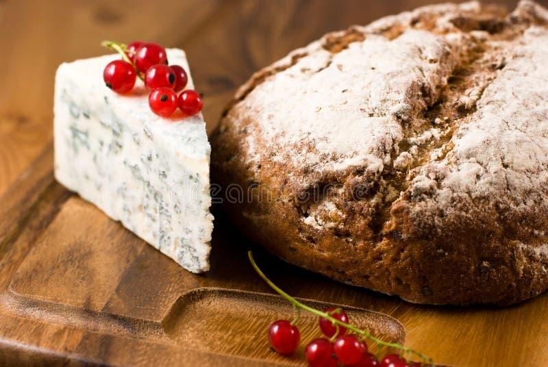 Laib des Brotes und des Blauschimmelkäses lizenzfreie stockbilder