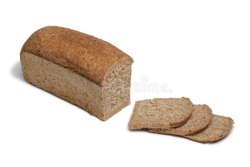 Laib des buchstabierten Brotes und der Scheiben lizenzfreies stockfoto