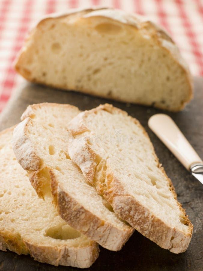 Laib und Scheiben des amerikanischen sauren Teig-Brotes lizenzfreies stockfoto