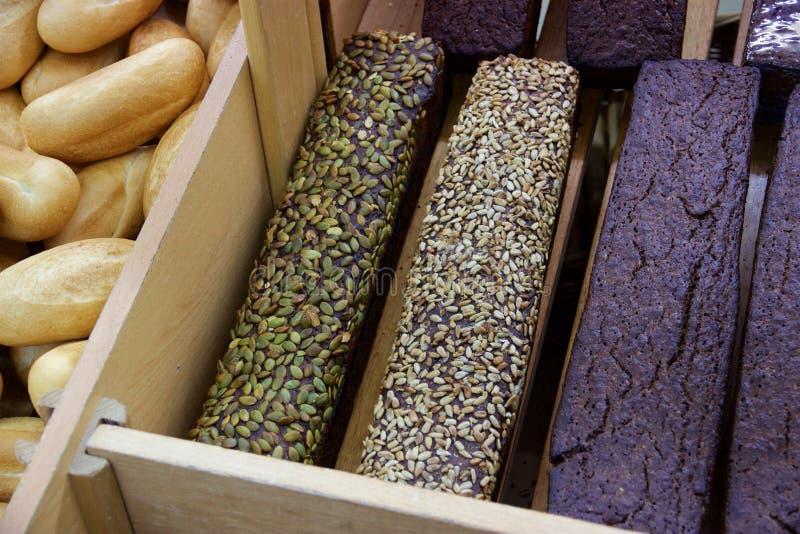 Laibe des dunklen Brotes mit Sonnenblume und Kürbiskernen, Armenien stockfotografie
