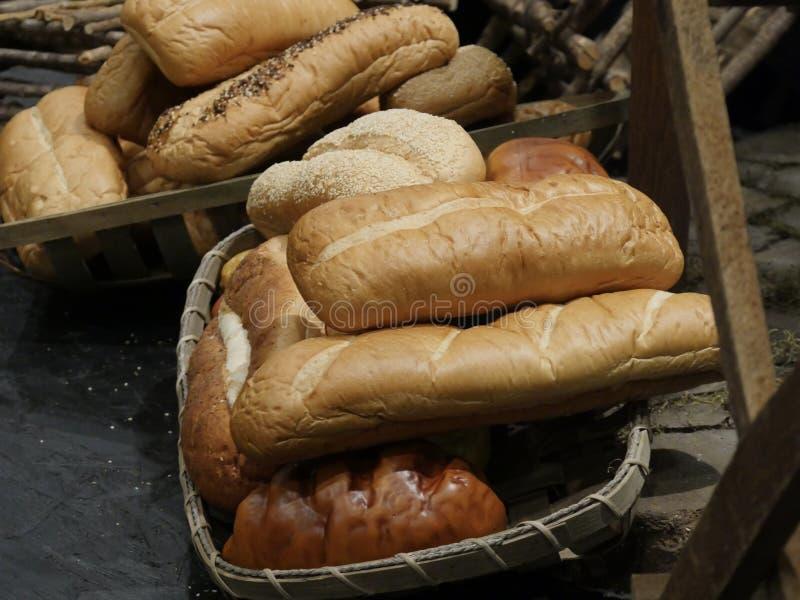Laibe des frisch gebackenen Brotes lizenzfreie stockfotos