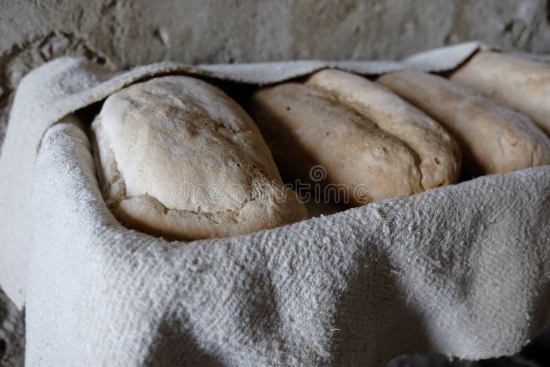 Laibe des selbst gemachten Brotes frisch gebacken stockfotos