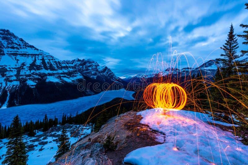 Laine en acier brûlant au-dessus du lac de peyto images stock