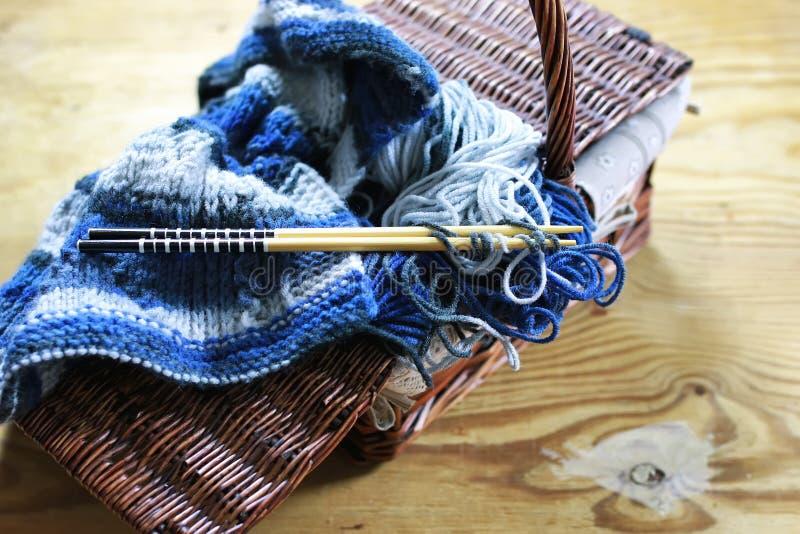 Laine et panier d'aiguilles de tricotage images stock