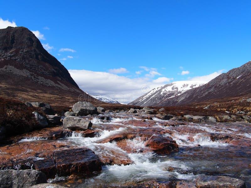 Lairig Ghru visto dal fiume Dee, Scozia dentro può immagine stock libera da diritti