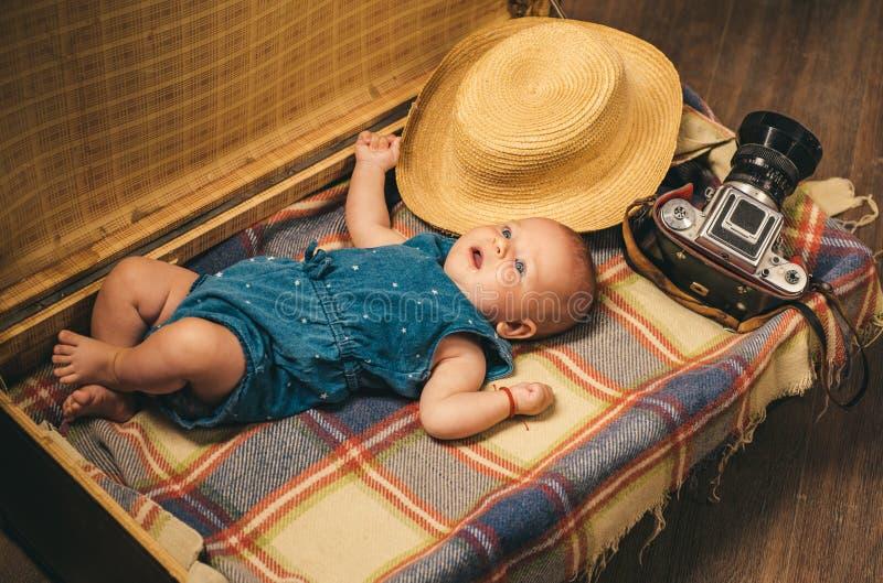 laisse aller avec moi Bonheur d'enfance Fille de Small de journaliste de photo dans la valise Déplacement et aventure Petit doux photographie stock libre de droits