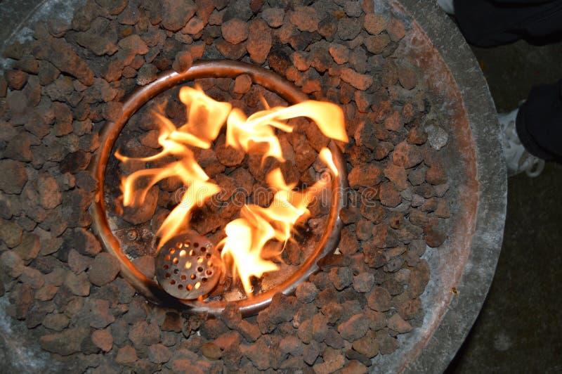 Laissez le ` s maintenir chaud par le feu photos stock