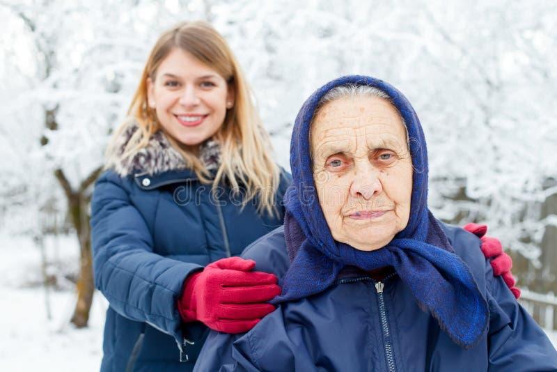 Laissez-moi vous aider, grand-maman photographie stock