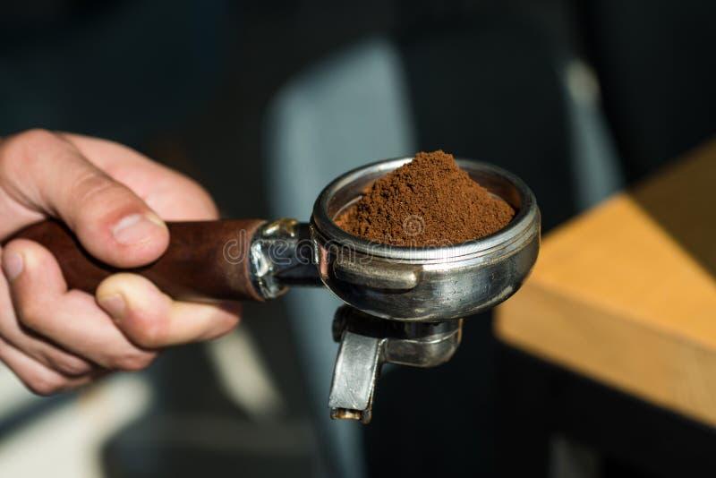 Laissez notre passion être votre plaisir Équipement de café de brassage Portafilter de prise de barman à disposition Le barman br image stock