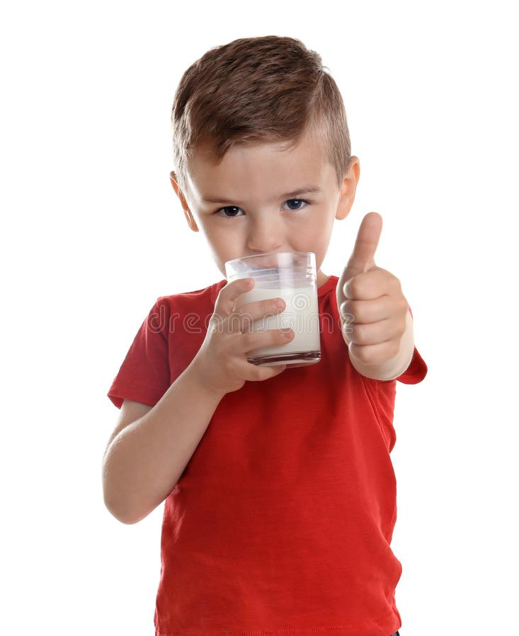 Lait boisson mignon de garçon sur le fond blanc photographie stock libre de droits