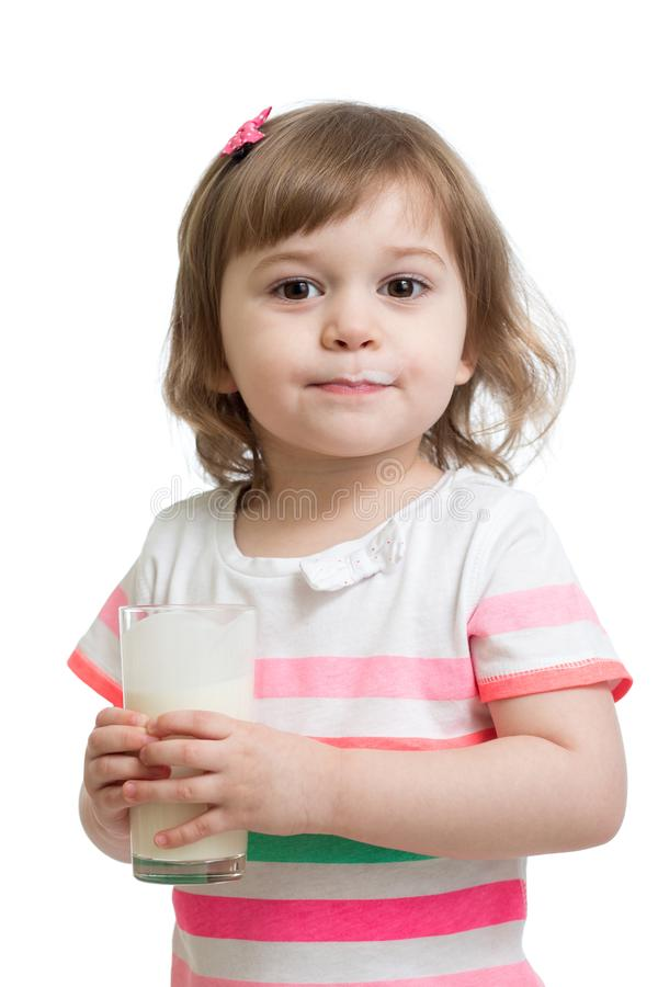 Lait boisson ou yaourt de fille d'enfant de verre photos libres de droits
