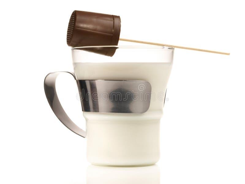 Lait chaud avec du chocolat sur le fond blanc images stock