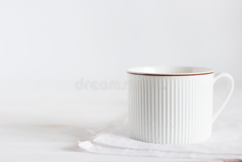 Lait chaud de foyer choisi dans la tasse blanche sur le fond en bois blanc de table, petit déjeuner dans le matin image libre de droits