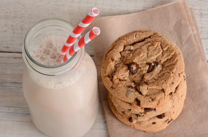 Lait chocolaté et biscuits image stock