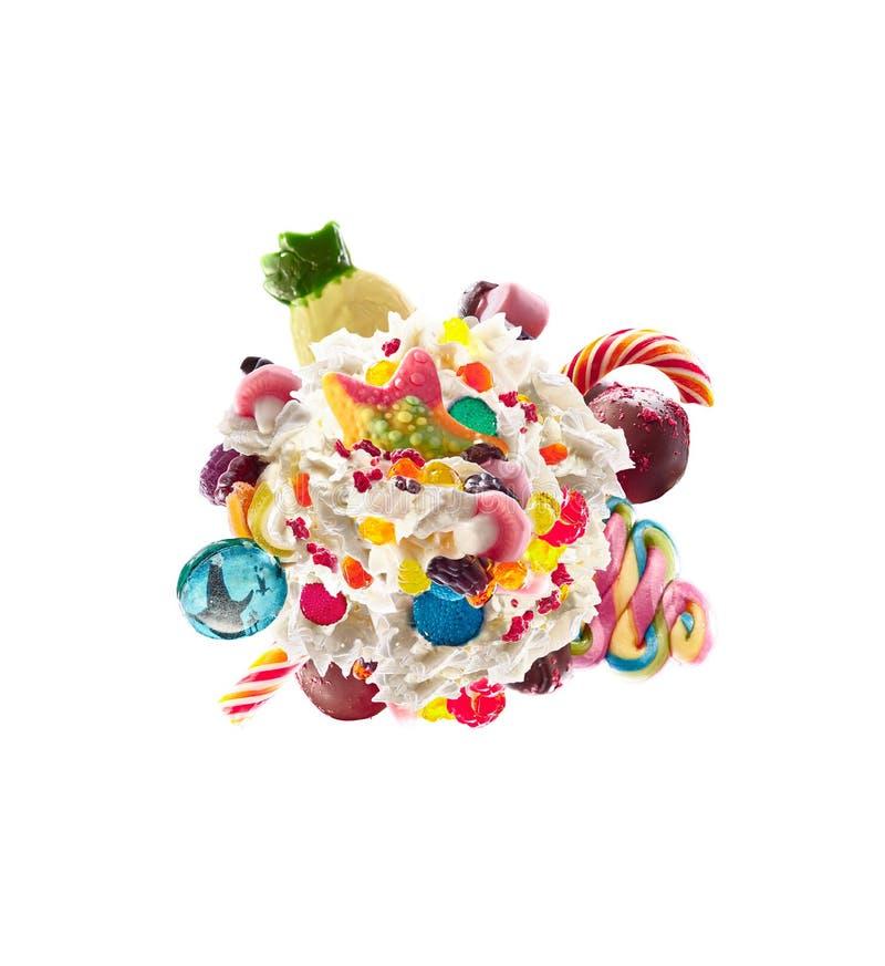 Lait de poule avec les bonbons et la crème fouettée, vue supérieure de forme ronde Tendance folle de nourriture de freakshake Vue image libre de droits