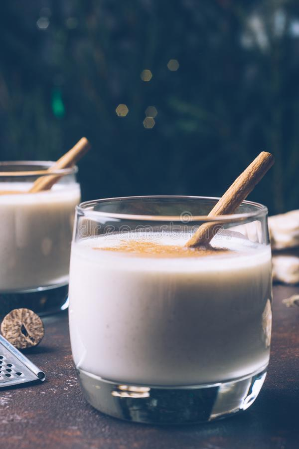 Lait de poule de lait de poule, boisson traditionnelle d'hiver de Noël avec le cinnam photo libre de droits