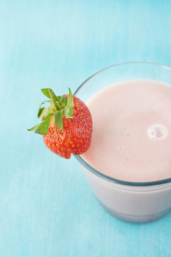 Lait de poule de fraise avec des baies images stock