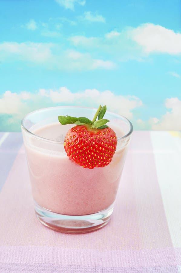 Lait de poule rose de fraise, fond de ciel d'été photo stock