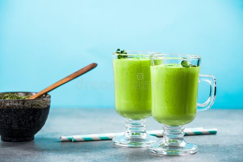 Lait de poule de thé vert de Matcha ou smoothie photos stock