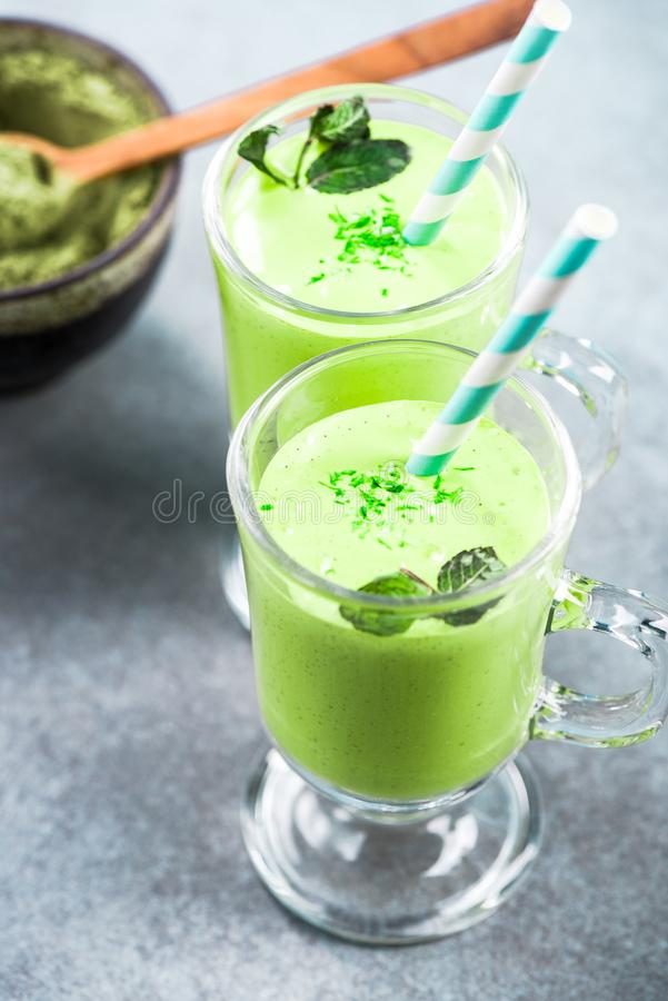 Lait de poule de th? vert de Matcha, r?gime alternatif images stock